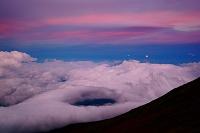 山梨県 富士山八合目から見た月の出と雲海と染まる空