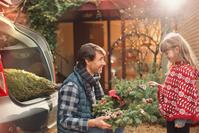クリスマスの準備をする親子