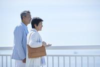海を眺める日本人シニア夫婦