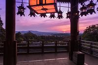 奈良市 東大寺二月堂舞台より大仏殿と夕日