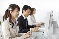 オフィスで働く若い男女の会社員