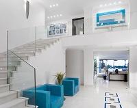 インテリア ガラス張りの手すりのある階段