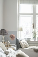 明るい寝室の窓