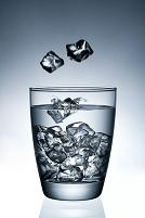 氷をグラスに入れる