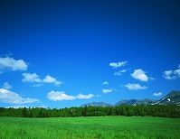 北海道・美瑛町 草原と十勝山麓の雲