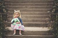 階段に座る外国人の女の子