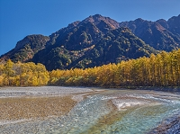 長野県 上高地 紅葉の六百山と梓川