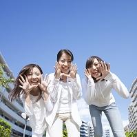 口元に手を当てて叫ぶ若い日本人女性達