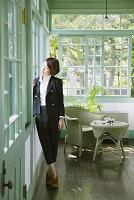 窓際に佇む女性