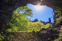 群馬県 新緑の妙義山 第四石門と大砲岩とゆるぎ岩