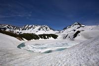 富山県 残雪に覆われるみくりが池