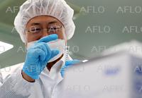 韓国大統領、注射器メーカーを視察
