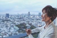 街並みを眺めるシニア日本人女性