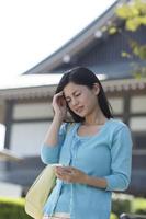 旅行中に頭痛で具合の悪い日本人女性