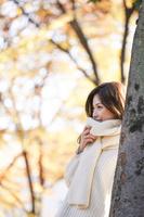 晩秋の公園で黄昏る日本人女性