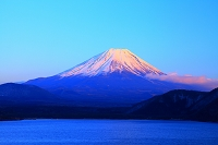 山梨県 本栖湖から富士山 夕景