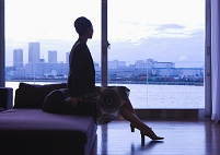 窓辺に座る女性