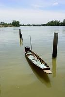 タイ チャチュンサオ県 バンパーコーン川に係留の小舟