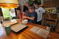 スウェーデン ヴェステロース おばあさんと孫のケーキ作り
