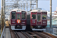 大阪府 阪急電鉄 すれ違う1000系(初詣ヘッドマーク付き)と50...