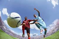 ボールを捕りあうサッカー選手