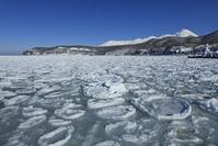 北海道 ウトロ港の流氷と知床連峰