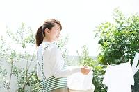 洗濯ものを干す若い日本人女性
