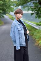 ジージャンを羽織りこちらを見つめる日本人女性