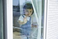窓の外を見つめる日本人の男の子