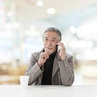 電話する中高年日本人男性