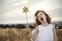 星型の棒を持つ女の子