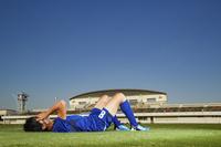 倒れる日本人サッカー選手
