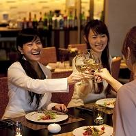 飲食店で乾杯をする日本人女性