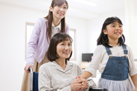 笑顔の患者と家族
