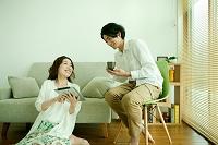 タブレットを見てくつろぐ日本人夫婦