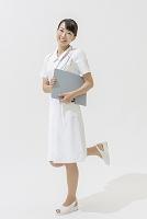 ファイルを持った看護師