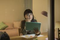 タブレットPCで勉強をする日本人の女の子