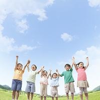 手を繋いで立つ日本人の子供達