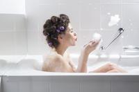 バスルームでリラックスする外国人女性