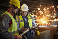 工場 働く外国人男性