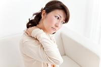 肩を揉む日本人女性