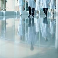 病院ロビーを歩く医者と看護師