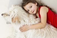 犬と一緒に横たわる女の子