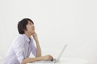 ホームオフィスで仕事をする日本人男性