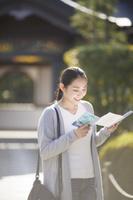御朱印帳を見る日本人女性