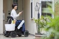 電動車いすで外出する日本人女性