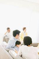 テレビ鑑賞をする日本人の三世代家族