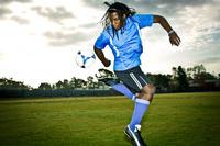 練習するサッカー選手