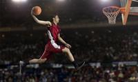シュートをする日本人の男子バスケットボール選手