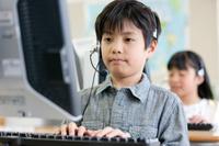 パソコンを操作する日本人の男の子